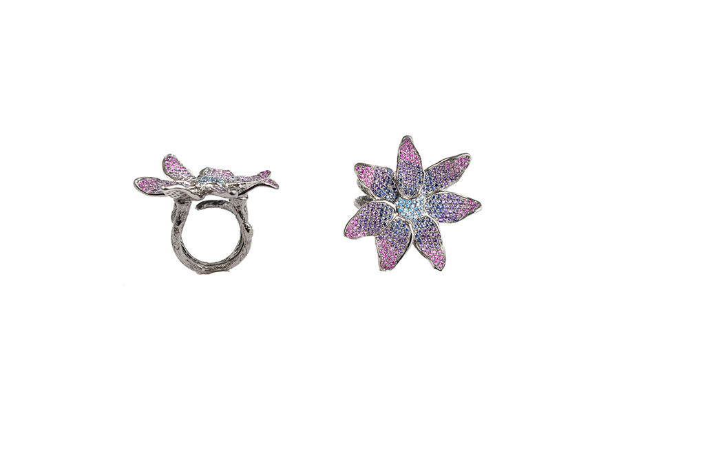 Silver flower ring with degredé sapphires