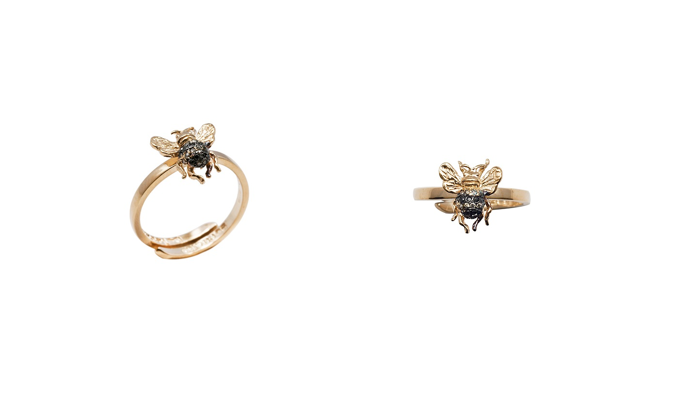 Mini bee gold band ring with pavé black and cognac diamonds