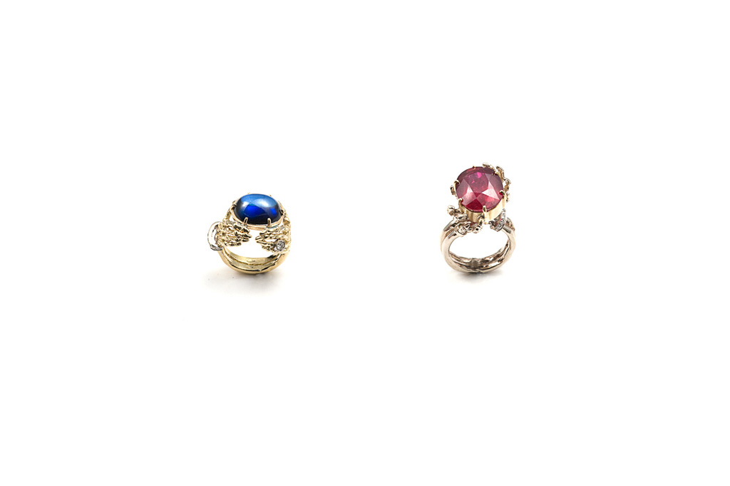 Skeleton hands ring with 1 heated sapphire / Skeleton hands ring with 1 glass-treated ruby