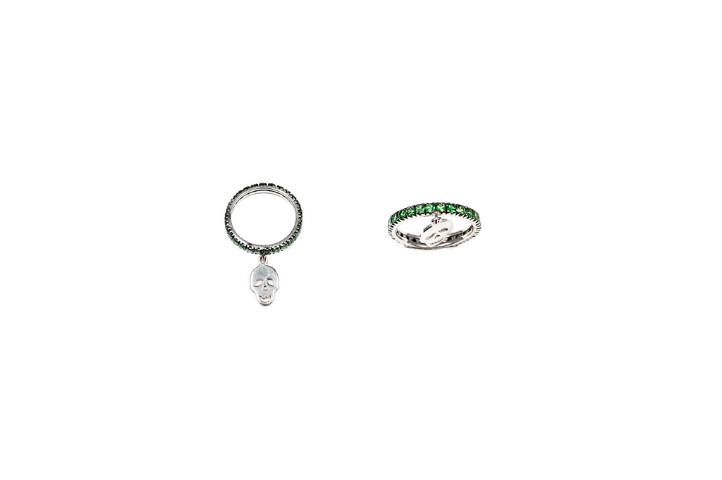 Band ring with tsavorites with hanging skull