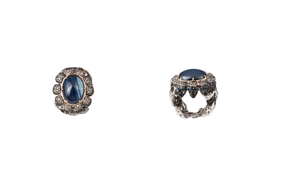 Skulls and snakes ring with cabochon sapphire