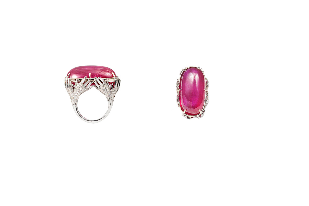 8 hands gold pavé ring with cabochon glass-treated ruby