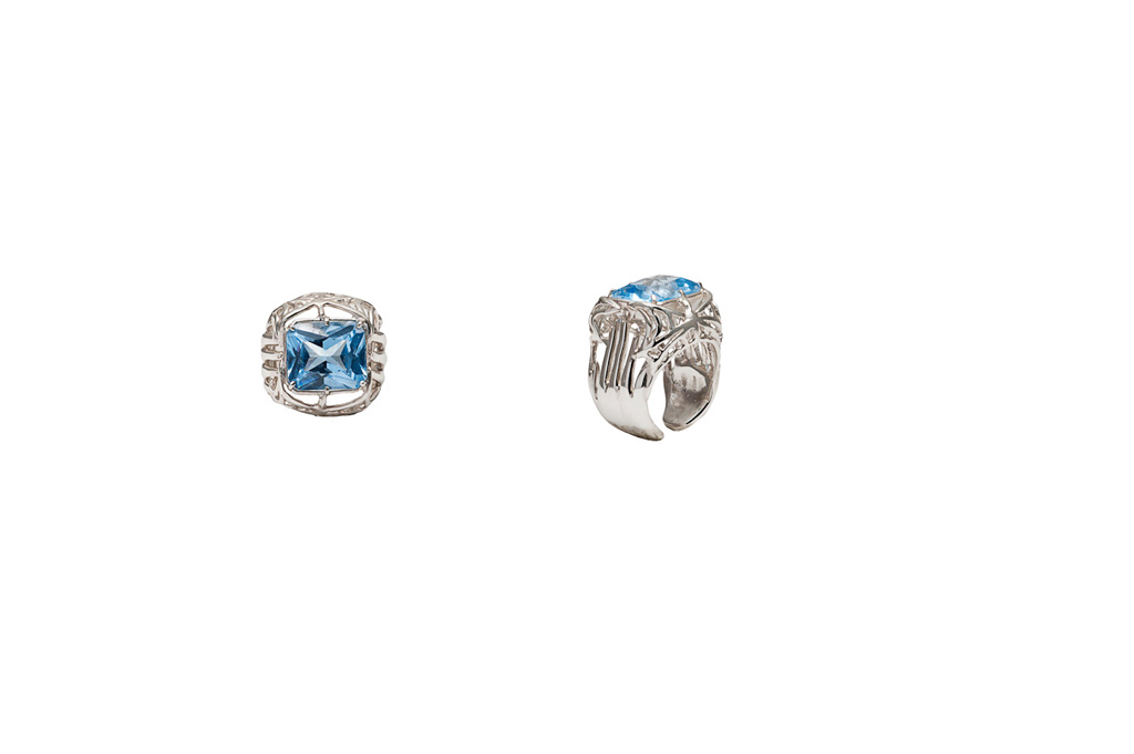 2 hands and webs bronze ring with 1 pale blue cubic zirconia
