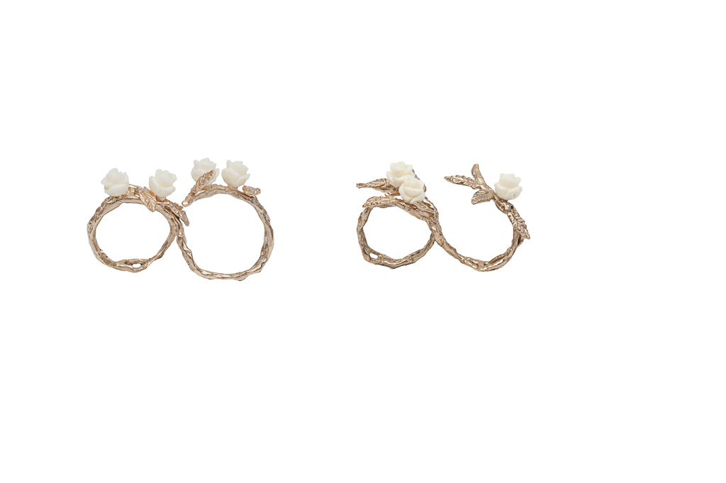 Bronze 2 fingers leafy ring with 3 white resin roses / Bronze 2 fingers leafy ring with 4 white resin roses