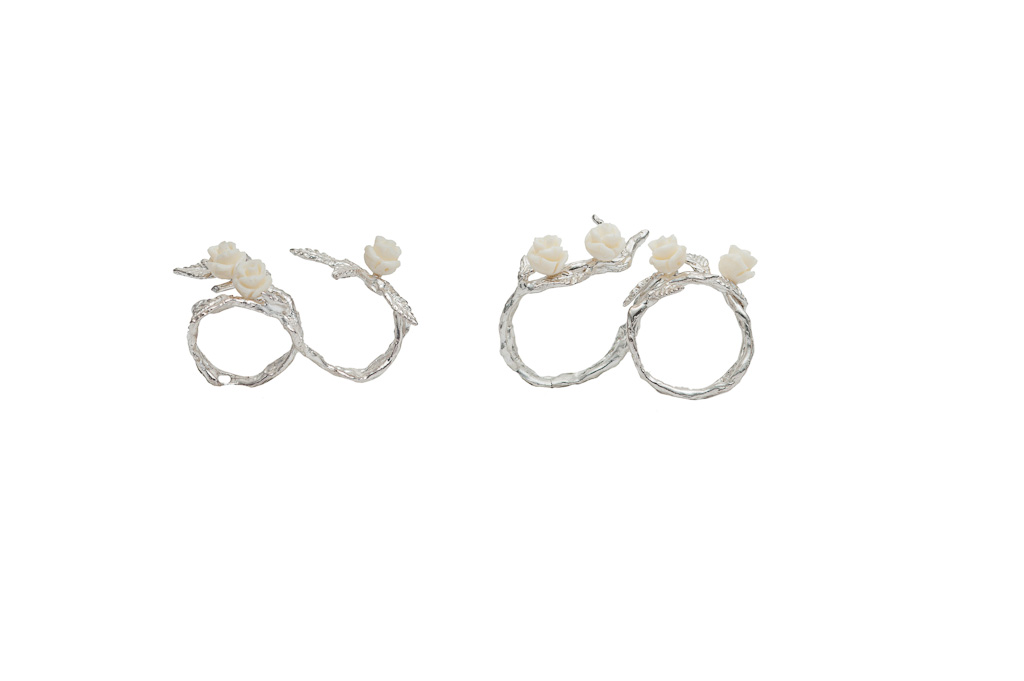 Silver 2 fingers laefy ring with 3 white resin roses / Silver 2 fingers laefy ring with 4 white resin roses