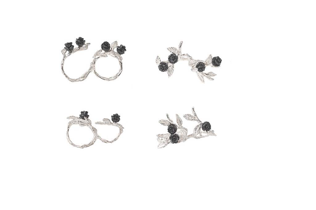 Silver 2 fingers laefy ring with 3 black resin roses / Silver 2 fingers laefy ring with 4 black resin roses