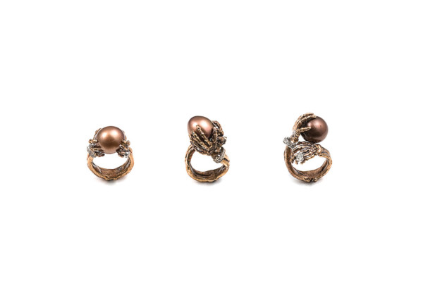 Skeleton hands ring with 1 brown pearl