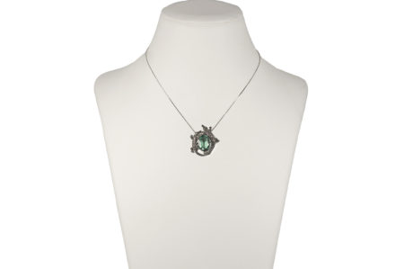Crocodile pendant with fluorite, chain is included